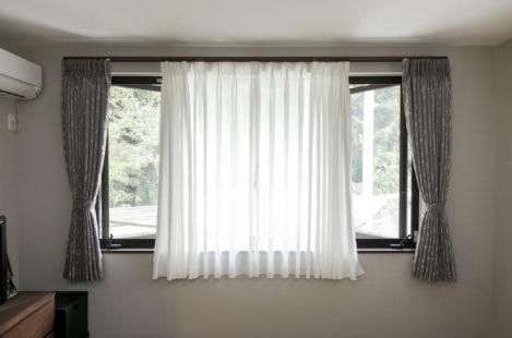 窓を開ける際にレースカーテンが両サイドから開閉できるように<br /> さらにストッパーを用いて風が吹いてもカーテンが閉まらないように|みよし市にある【ふとんの青木】東郷町・日進市 ・豊田市からも